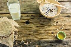 Vista superior del cereal y de la leche, abeja de la miel en la tabla de madera vieja Imágenes de archivo libres de regalías