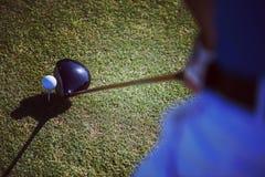 Vista superior del club de golf y de la bola en hierba Foto de archivo libre de regalías