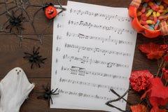 Vista superior del concepto del fondo del festival del feliz Halloween de las decoraciones y del papel de notas de la música Fotografía de archivo libre de regalías