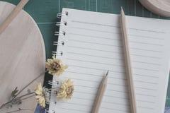 Vista superior del cortador de goma, cuaderno, lápiz, uso ideal para el fondo imagen de archivo