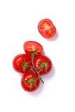 Vista superior del corte fresco de los tomates, entero y medio Fotografía de archivo libre de regalías