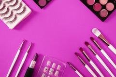 Vista superior del cosmético de los women's en fondo rosado foto de archivo libre de regalías