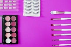 Vista superior del cosmético de los women's en fondo rosado fotos de archivo libres de regalías