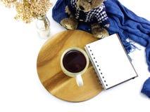 Vista superior del cuaderno de la taza de café de la mañana con las flores y la bufanda secadas Fotos de archivo