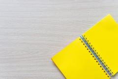 Vista superior del cuaderno en blanco en el fondo de madera con el espacio de la copia fotos de archivo libres de regalías