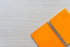 Vista superior del cuaderno en blanco en el fondo de madera con el espacio de la copia imágenes de archivo libres de regalías
