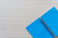 Vista superior del cuaderno en blanco en el fondo de madera con el espacio de la copia imagen de archivo