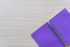 Vista superior del cuaderno en blanco en el fondo de madera con el espacio de la copia foto de archivo