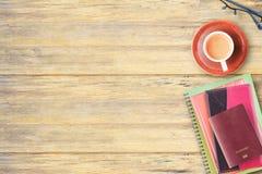 Vista superior del cuaderno, del pasaporte, de vidrios y de la taza de café en offic Imagenes de archivo