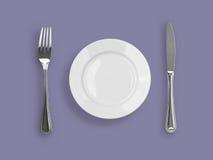 Vista superior del cuchillo, de la placa y de la fork en violeta Fotografía de archivo