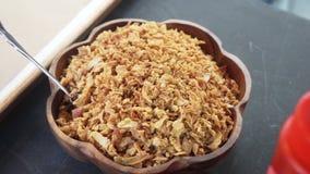 Vista superior del cuenco de madera marrón por completo de cereal cocinado con la cuchara puesta en ella almacen de metraje de vídeo