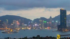 Vista superior del día de Hong Kong a la noche, visión desde el timelapse céntrico de la bahía de Kowloon almacen de video