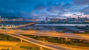 Vista superior del día de Hong Kong a la noche, visión desde el timelapse céntrico de la bahía de Kowloon metrajes