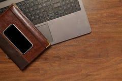 Vista superior del diario, del teléfono móvil y del ordenador portátil foto de archivo libre de regalías