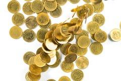 Vista superior del dinero de las monedas de oro que cae aislado en el backg blanco Imagen de archivo libre de regalías
