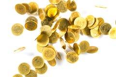 Vista superior del dinero de las monedas de oro que cae aislado en el backg blanco Imágenes de archivo libres de regalías