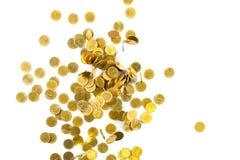 Vista superior del dinero de las monedas de oro que cae aislado en el backg blanco Imagenes de archivo