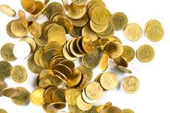 Vista superior del dinero de las monedas de oro que cae aislado en el backg blanco Foto de archivo libre de regalías