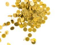 Vista superior del dinero de las monedas de oro que cae aislado en el backg blanco Fotos de archivo