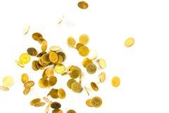Vista superior del dinero de las monedas de oro que cae aislado en el backg blanco Fotografía de archivo