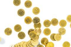 Vista superior del dinero de las monedas de oro que cae aislado en el backg blanco Fotos de archivo libres de regalías