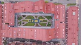 Vista superior del edificio con el espacio abierto en el centro clip Vista superior del edificio complejo cerrado en forma de 'U' almacen de metraje de vídeo