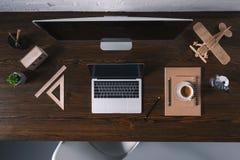 vista superior del equipo de escritorio, del ordenador portátil y de materiales de oficina fotografía de archivo