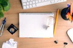 Vista superior del escritorio de oficina con el papel, los efectos de escritorio, el ordenador, la flor, la libreta en blanco y l Fotos de archivo