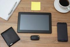 Vista superior del escritorio de oficina con la tableta y los accesorios Fotos de archivo libres de regalías