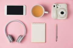 Vista superior del escritorio de trabajo con el cuaderno en blanco con la pluma, taza de té, Foto de archivo