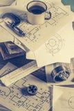 Vista superior del escritorio del diseñador del vintage de piezas mecánicas foto de archivo libre de regalías
