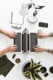 Vista superior del espacio de trabajo con dos ordenadores portátiles colocados de nuevo a la parte posterior mientras que dos hom foto de archivo