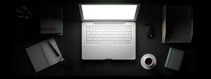Vista superior del espacio de trabajo con el ordenador portátil en la tabla Imagenes de archivo