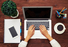 Vista superior del espacio de trabajo del negocio con el ordenador portátil Imagenes de archivo