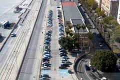 Vista superior del estacionamiento, coches, caminos Espacios de estacionamiento para el discapacitado foto de archivo libre de regalías