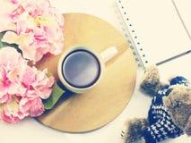 Vista superior del filtro de color retro del vintage del cuaderno de la taza de café de la mañana Foto de archivo