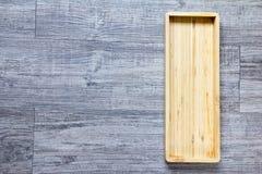 Vista superior del fondo cuadrado de madera vacío de la bandeja Imagenes de archivo
