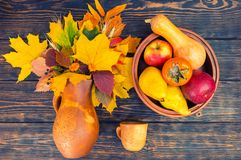 Vista superior del jarro de la arcilla con las hojas y el trigo de otoño cerca de la taza de la arcilla Imágenes de archivo libres de regalías