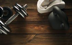 Vista superior del kettlebell negro del hierro, de la pesa de gimnasia y de la toalla blanca Foto de archivo