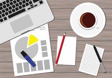 Vista superior del lugar de trabajo de la oficina Icono de un teclado del ordenador portátil, taza de café, lápiz, papeles Foto de archivo