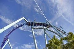 Vista superior del Manta Ray Roller Coaster en Seaworld en área internacional de la impulsión imagenes de archivo