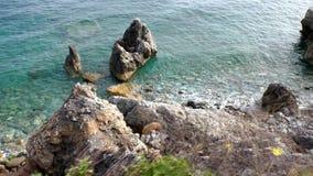 Vista superior del mar y de las rocas almacen de metraje de vídeo