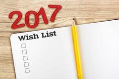 Vista superior del número rojo 2017 del list d'envie con el cuaderno abierto a del espacio en blanco Foto de archivo libre de regalías