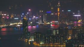 Vista superior del paisaje urbano de la noche de Hong Kong, visión desde el timelapse céntrico de la bahía de Kowloon almacen de video