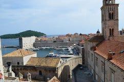 Vista superior del palacio viejo con las ventanas tipical en la ciudad vieja de Dubrovnik Fotografía de archivo libre de regalías