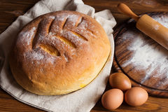 Vista superior del pan tradicional recientemente cocido en el CCB de madera rústico Foto de archivo libre de regalías