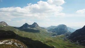 Vista superior del panorama de la montaña existencias Día soleado con las nubes en montañas Paisaje emocionante de montañas y de  almacen de metraje de vídeo