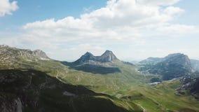 Vista superior del panorama de la montaña existencias Día soleado con las nubes en montañas Paisaje emocionante de montañas y de  almacen de video