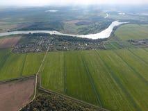 Vista superior del pequeño pueblo Aerophotographing sobre el pueblo Imágenes de archivo libres de regalías