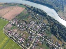 Vista superior del pequeño pueblo Aerophotographing sobre el pueblo Fotos de archivo libres de regalías